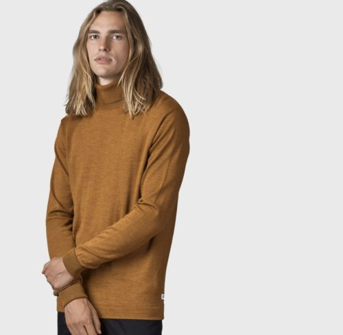 homme-debout-pull-moutarde