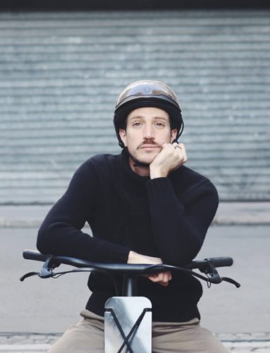 scooter-homme-pull-noir-casque-romain-costa