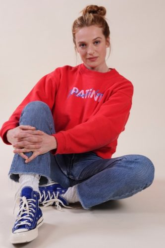 femme-assise-sweat-rouge