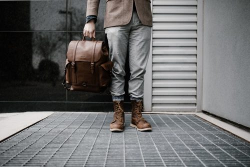 homme-debout-sac-cuir-boots